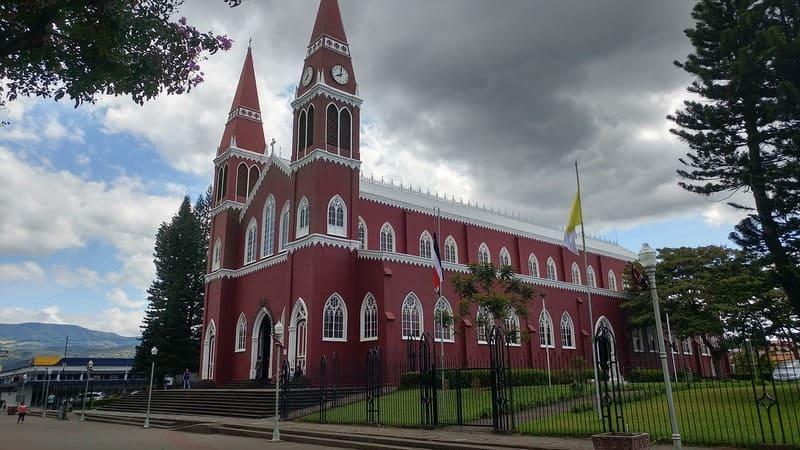 Uno de los ejemplos del estilo neogótico costarricense es la Iglesia de Nuestra Señora de las Mercedes.