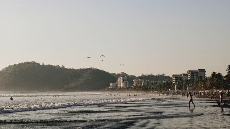 Jacó es una ciudad costera con mucho ambiente.