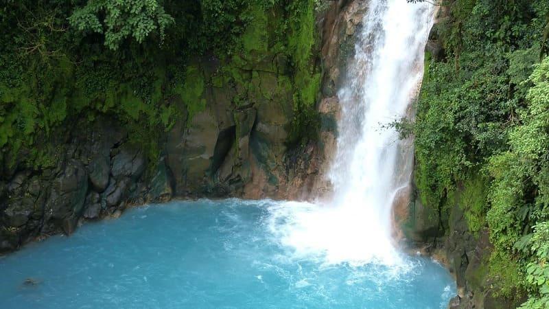 El rio Celeste tiene un increíble color azul.