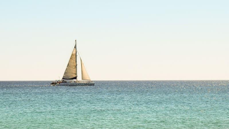 Viajar en catamarán por el Caribe es una actividad única que podrás hacer en tu viaje a Costa Rica.