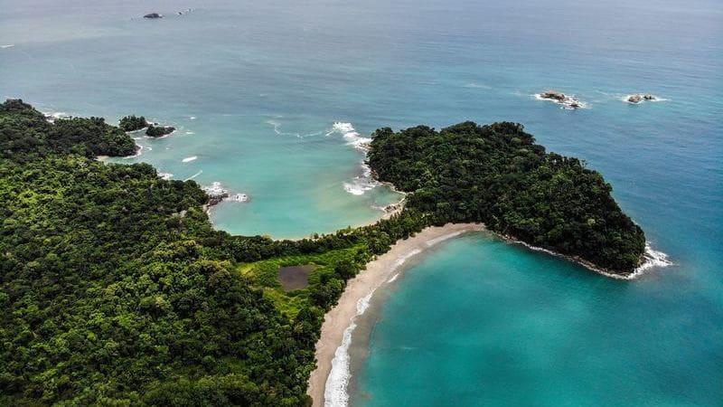 La Playa Manuel Antonio es una de las más famosas de Costa Rica, está dentro del Parque Nacional Manuel Antonio.