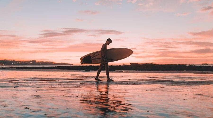 Descubre las mejores playas para hacer surf y los mejores surf camps de Costa Rica.