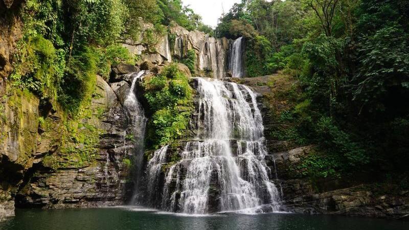 La catarata Nauyaca es una de las más bonitas de Costa Rica.